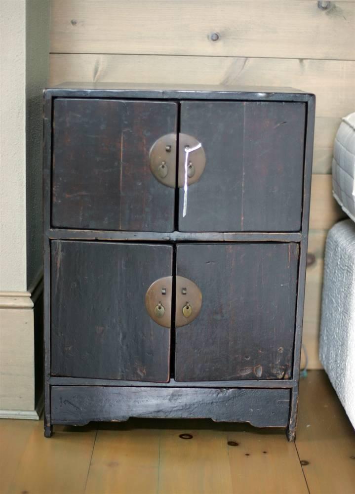 32.Выцветшую мебель, как этот прикроватный столик в одной из спален, можно найти в любом уголке дома.