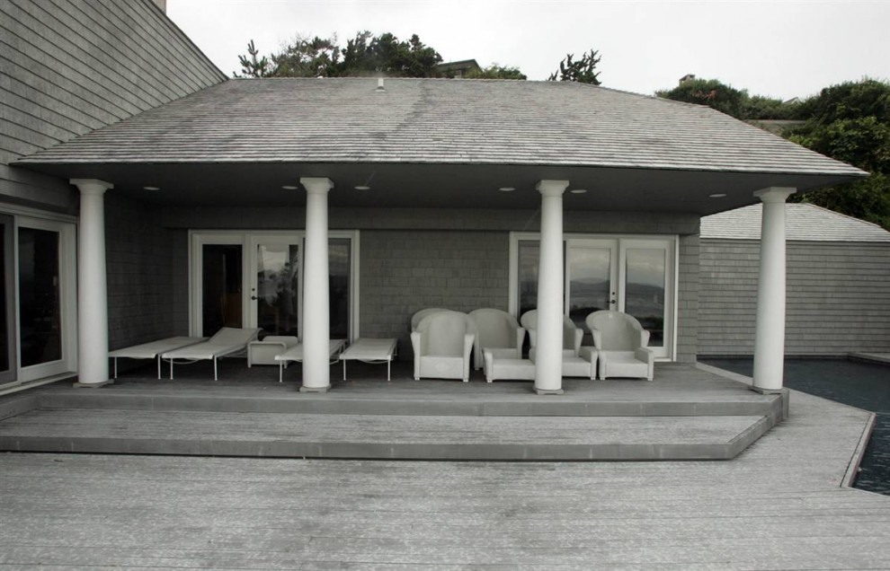 33.Несколько стеклянных дверей ведут к крыльцу. Этот дом с четырьмя спальнями и тремя ванными комнатами был назван «простым, но стильным».