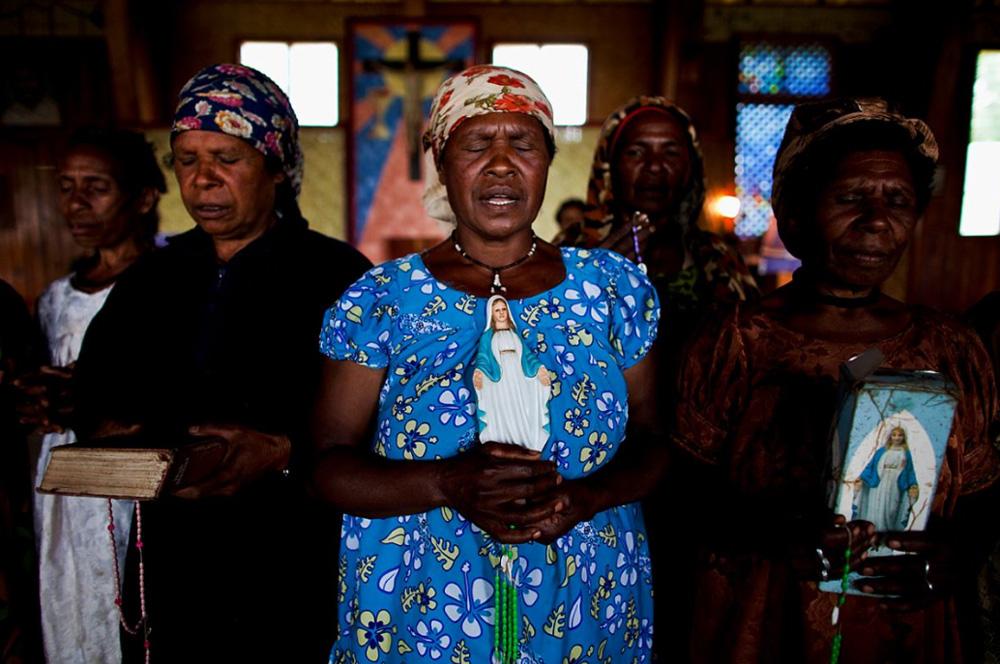 33. Христианки племени Хела Хули в католической церкви в Тари Гап 17 декабря 2008 года. (Brent Stirton)