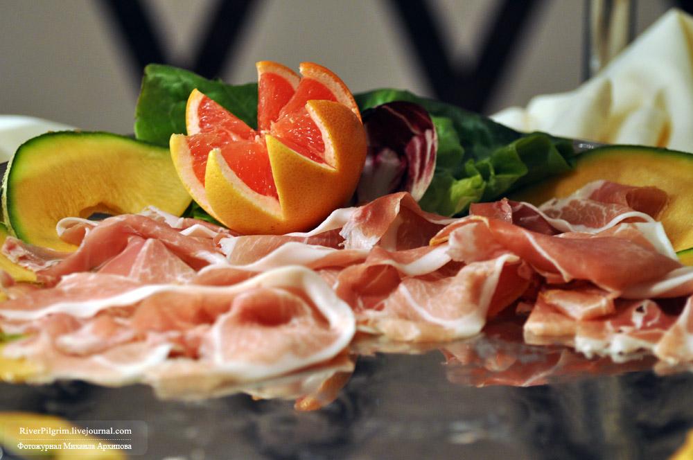 34) Бывает каждый день, различается составом блюд: от сладких блинчиков до мясных и рыбных закусок.
