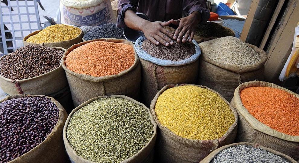 6) Пакистанский торговец-оптовик у своего магазина на главном рынке в Равалпинди 30 сентября. (Aamir Куреши, AFP/Getty Images)