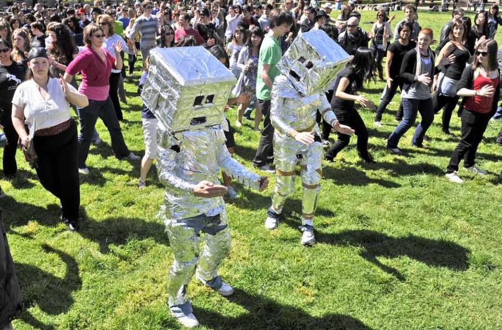 4) Почти 400 человек в костюмах роботов собрались 29 сентября у Университета Мельбурна, чтобы попасть в Книгу рекордов Гиннеса. Предыдущий рекорд самого массового танца роботов составлял 279 человека, которые собрались у Кентского университета в Англии. (William West, AFP/Getty Images)
