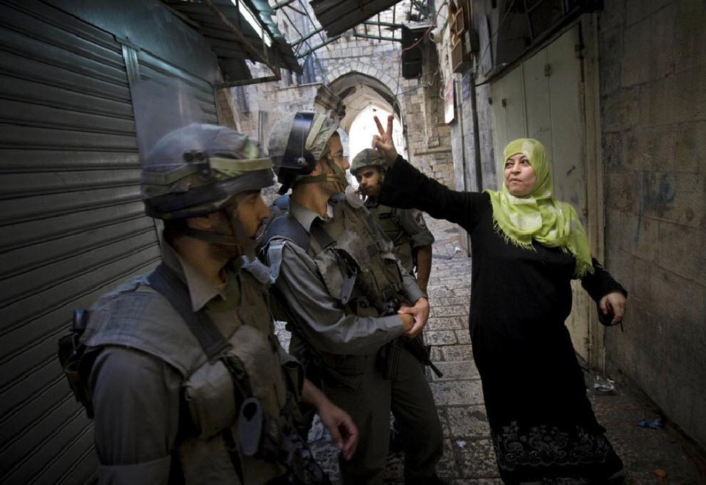 8) Палестинская женщина общается с израильской полиции после столкновений в Старом городе Иерусалима 27 сентября. (Bernat Armangue, AP)