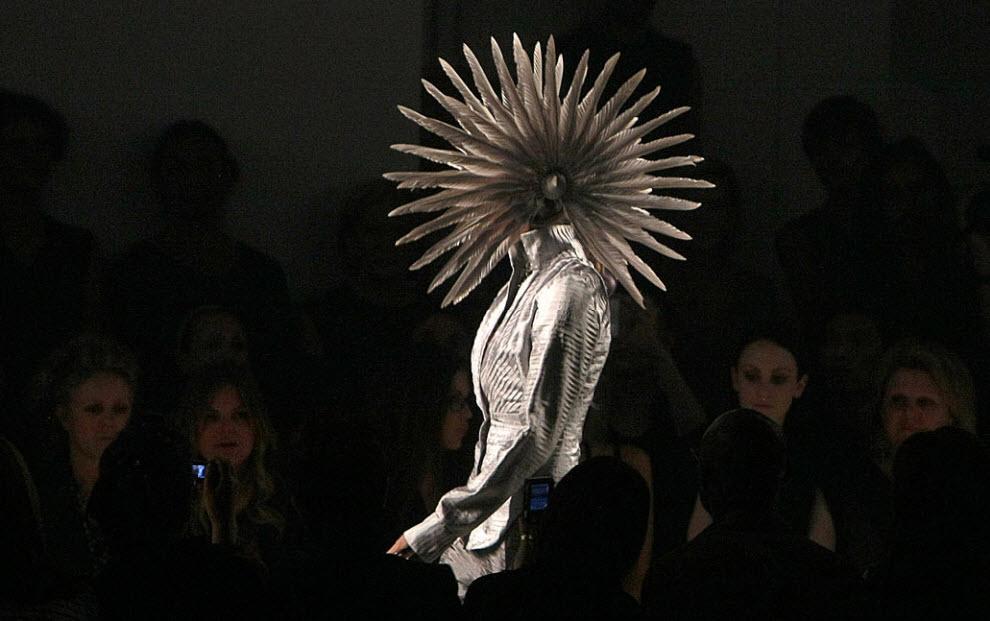 2) Модель в головном уборе от британского модельера Гарет Пью (Gareth Pugh) во время презентации коллекции одежды прет-а-порте весна-лето 2010 на модном показе в Париже 30-го сентября. (Jacques Brinon, AP)