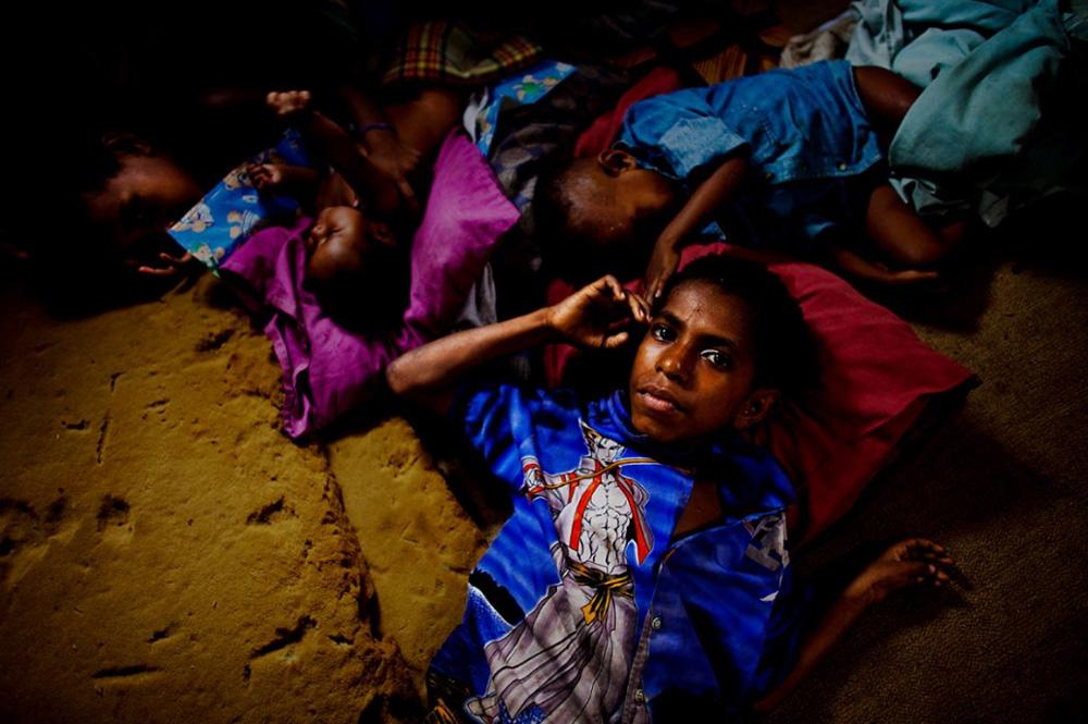37. Больной СПИДом сирота с больной семьей в бедном поселении в Порт-Морсби — столице Папуа — Новой Гвинеи 25 декабря 2008 года. (Brent Stirton/Getty Images)