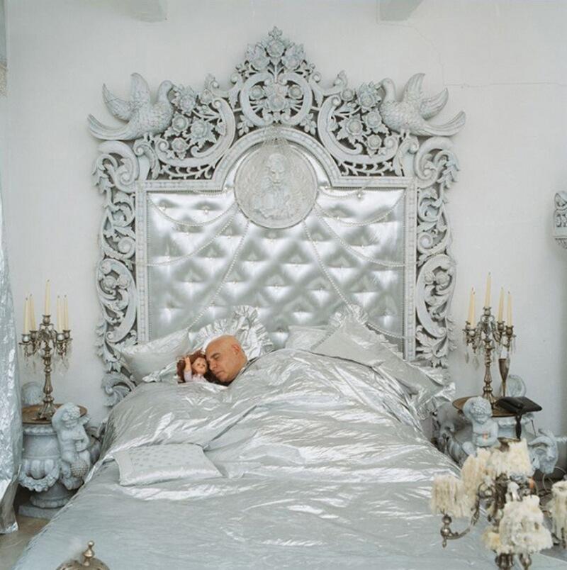 20) Паоло Калия, художник, у себя дома в 13-м округе Парижа. В 70-х он работал с Федерико Феллини в качестве художника-декоратор. Одна кровать в спальне Паоло предназначена для сна, а другая – для сексуальных утех.