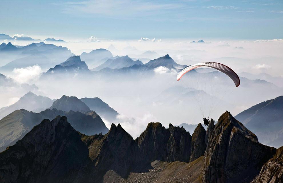 13) Параплан пролетает над Швейцарскими Альпами недалеко от города Унтервассер в Швейцарии 30 сентября. (Arno Balzarini, Keystone/AP)