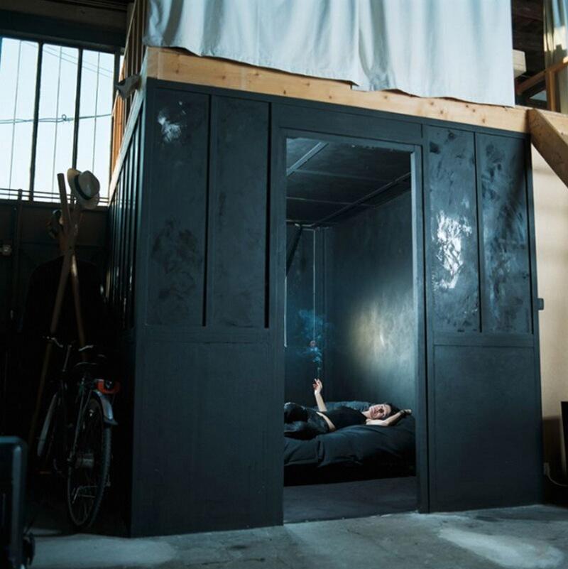 22) Доминик Ренсон, художница, у себя дома в 14-м округе Парижа. Когда ее друзья остаются у нее ночевать, она предлагает им спать голыми, чтобы самой наблюдать  за ними через небольшие отверстия в стене.