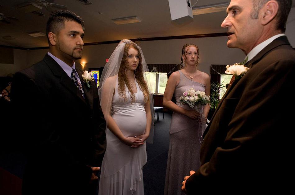 8) 20-летняя Дана и Али в день их свадьбы. Спустя шесть недель она родила своего второго ребенка.