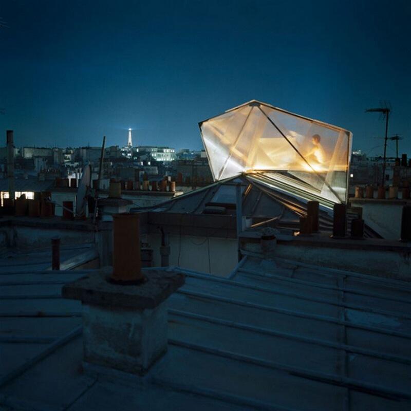 23) Рафаэль Бьянки, менеджер этажа Центра Помпиду, у себя дома в 9-м округе Парижа. Она проводит ночи на крыше в модуле, сделанном из поликарбоната.