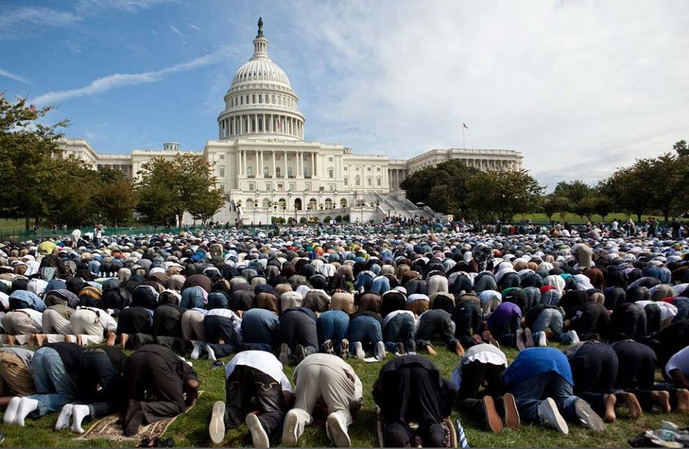 10) Мусульмане собрались на молитву на западной лужайке Капитолия в Вашингтоне, округ Колумбия, 25 сентября. (Evan Vucci, AP)