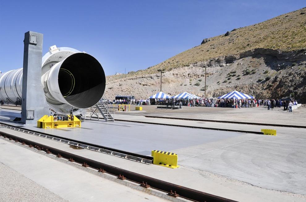 2. Двигатель ракеты Ares I на первой стадии создания представлен публике 20 июля 2009 года. Двигатель Ares на первой стадии составлял 46 метров и давал толчок в 3,6 миллиона фунтов на кв.фут. Это на 24% больше мощности, чем один ракетный ускоритель на двойном шаттле. (Alliant Techsystems)