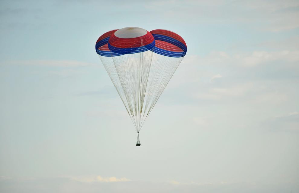4. NASA и ATK успешно провели парашютное тестирование главной батареи ракеты Ares I на испытательном полигоне в Юме, штат Аризона. Тест был проведен 20 мая 2009 года. Во время тестирования парашюты 45 метров в диаметре опустили на территорию пустыни испытательный тест весом в 18 824 кг. Система парашютов будет использоваться для восстановления первой стадии Ares I. Ее также использовали для восстановления первой стадии Ares I-X после тестового полета. (U.S. Army Yuma Proving Grounds)