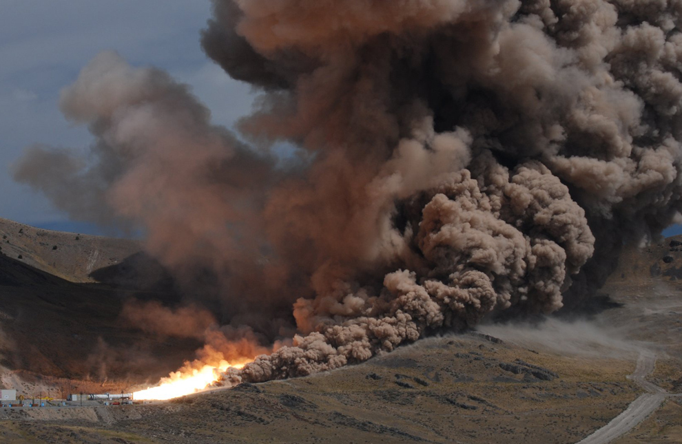 5. 10 сентября 2009 года NASA и промышленные инженеры осветили небо в Юте во время окончательного полномасштабного полноценного испытания двигателя первой стадии для ракеты Ares I. Один двигатель 99-метровой ракеты производит теплоту равную двум третьим температуры солнца, а его цилиндр 3,6 м в диаметре дает толчок в 1 632 932 кг. (NASA, Walt Lindblom)