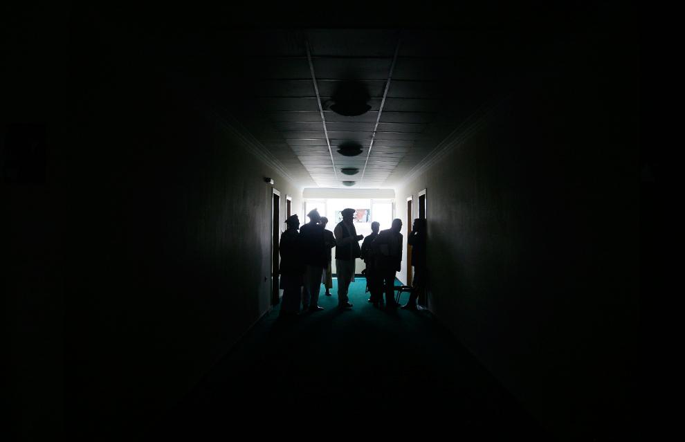 6. Региональные организаторы избирательной кампании бывшего министра иностранных дел Абдуллы Абдуллы покидают собрание, посвященное подготовке последнего тура президентских выборов, который пройдет 7 ноября. Снимок сделан в Кабуле 22 октября 2009. (AP Photo/Musadeq Sadeq)