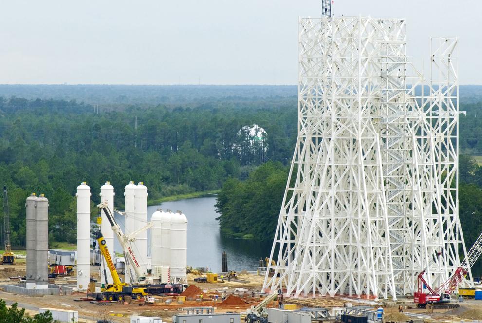 7. Испытательная конструкция A-3 на космодроме Стеннис в Хэнкок Каунти, штат Миссисипи. Сюда были доставлены и установлены девять баллонов с водой, изопропиловым спиртом и жидким кислородом, и еще пять баллонов с водой должны доставить через несколько недель. Два баллона слева и три баллона справа составляют 132 518 литров каждый. Четыре баллона с водой в центре составляют 147 663 литров каждый. Все 14 баллонов будут использоваться химическими парогазогенераторами, которые будут установлены на площадке A-3 для создания искусственной высоты до 30 480 метров. Это является испытательной средой программы «Созвездие» для утверждения работы двигателя J2-X для верхней ступени нового аппарата Ares I. (NASA/SSC)