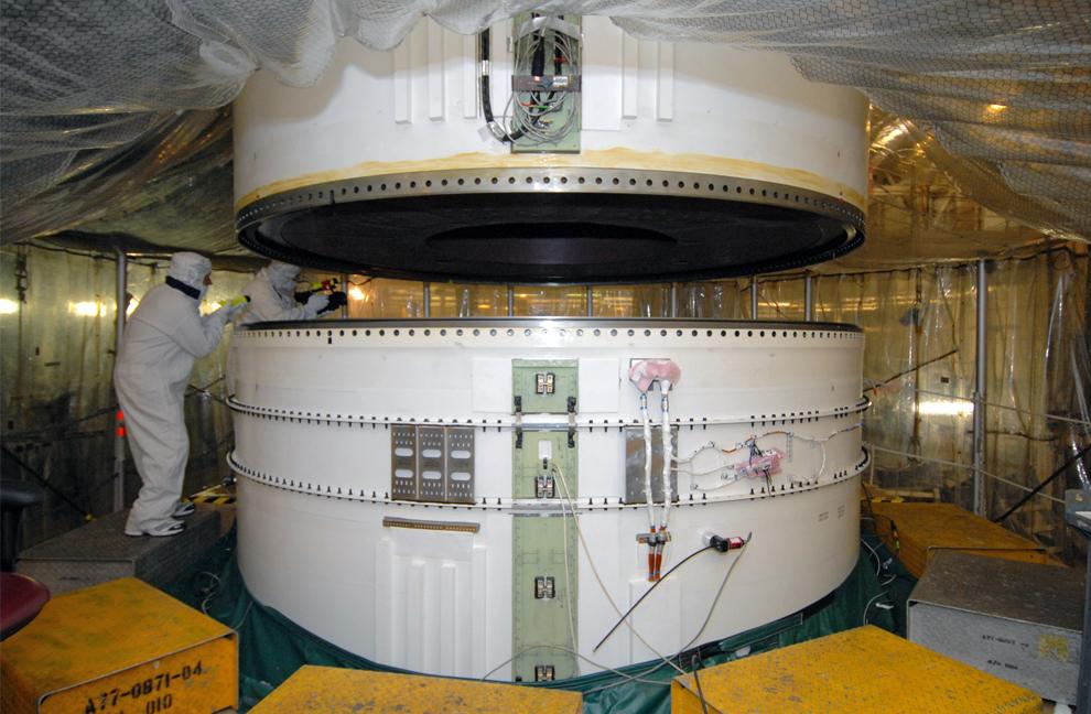 9. Нижний центральный ускоритель ракеты Ares I-X опускается для присоединения к нижнему ускорителю и нижней наружной части в отделении High Bay 3 корпуса по сбору аппаратов на космодроме Кеннеди во Флориде. (NASA/Tim Jacobs)