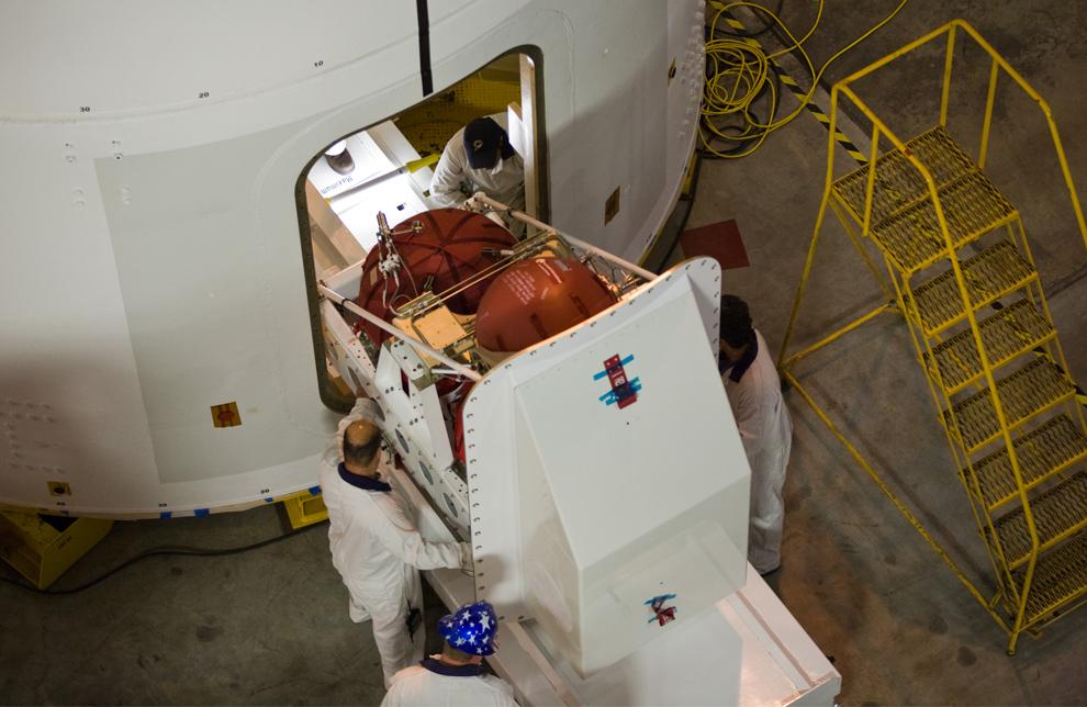 10. В отделении High Bay 4 корпуса сбора аппаратов на космодроме Кеннеди во Флориде техники устанавливают второй модуль системы поперечного управления в Ares I-X. (NASA/Dimitri Gerondidakis)