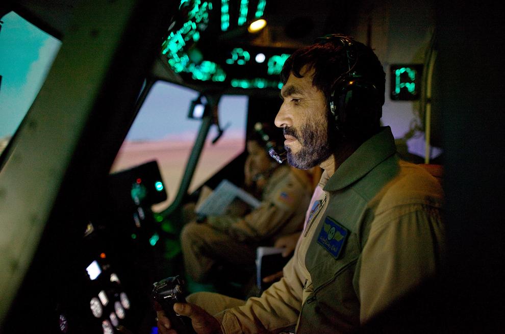 10. Пилот авиакорпуса Национальной афганской армии Бактулла изучает современную авиационную тактику на симуляторе вертолета Mi-17. Снимок сделан 21 октября 2009 года на военной базе Кабула. Авиакорпус Афганской Национальной армии, основанный четыре года назад, является частью армии страны и насчитывает 2800 солдат. (Paula Bronstein/Getty Images)
