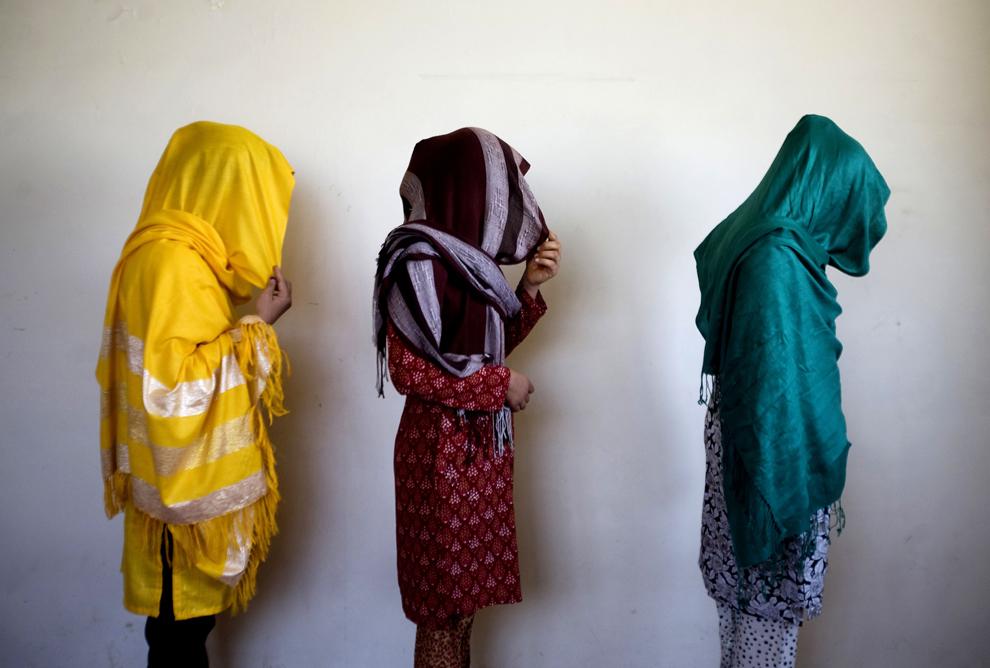 12. Справа налево: 19-летняя Аразо, 20-летняя Табасум и 25-летняя Шамаял, сбежавшие от насильственного отношения в семьях в Кабуле 29 сентября 2009 года. Афганистан собирается ввести закон, запрещающий продавать женщин для погашения долга, избивать жен и заключать браки между детьми. Сладкая победа с горьким привкусом в стране, где многие жертвы семейного насилия считают, что эти законы не смогут изменить долгие традиции отношения к женщинам, хотя сторонники таких изменений в законодательстве утверждают, что перемены смогут некоторым образом повлиять на права женщин (AP Photo/Farzana Wahidy)