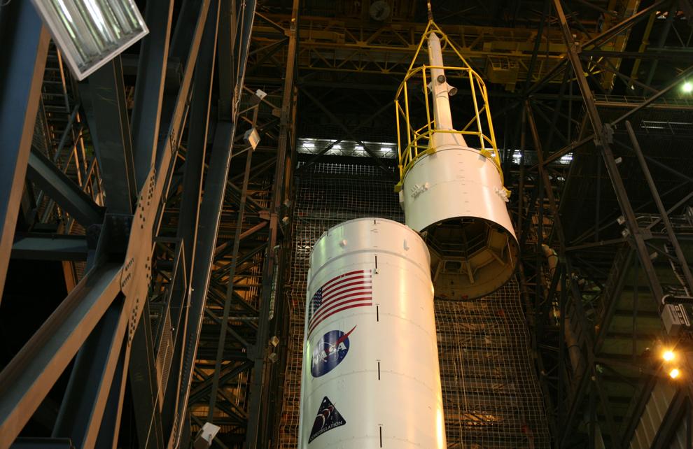 15. Желтый каркас поднимает связку Super Stack 5 на связку Super Stack 4 в корпусе по сбору аппаратов. Как только они состыкуются, сбор ракеты Ares I-X будет завершен. 99-метровая ракета – одна из крупнейших в отделении, по высоте она приближается к 110-метровому Saturn V, который использовался в программе Apollo. (NASA/Dimitri Gerondidakis)