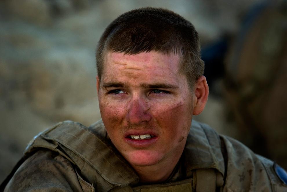 15. Пехотинец из второго батальона третьего пехотного полка отдыхает от операции по зачистке «от дома к дому» во время трехдневной операции «Герминат» в провинции Фарах 9 октября 2009 года. (DAVID FURST/AFP/Getty Images)