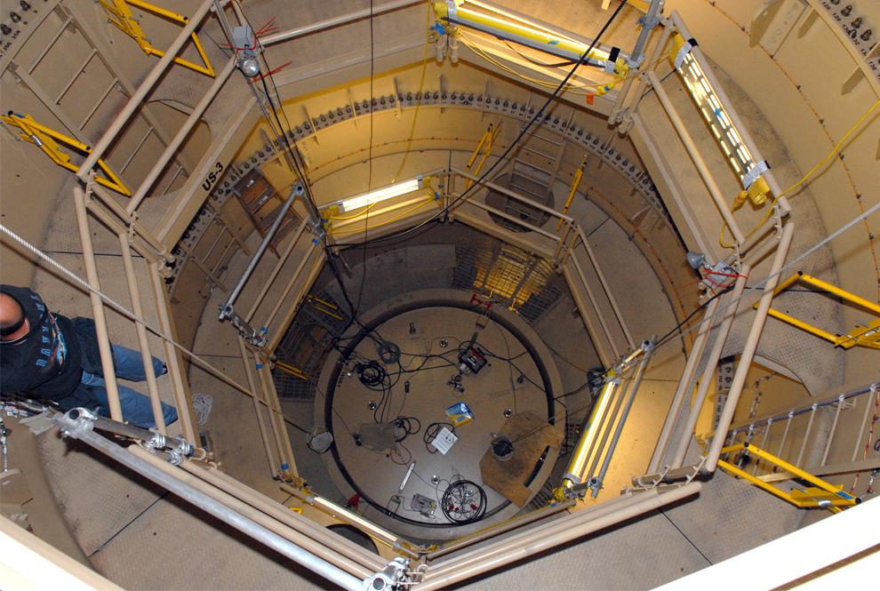 17. Техник работает на платформе, встроенной во внутреннюю стену верхней ступени симулятора 99-метровой ракеты Ares I-X в корпусе по сбору аппаратов. (NASA/Jim Grossmann)