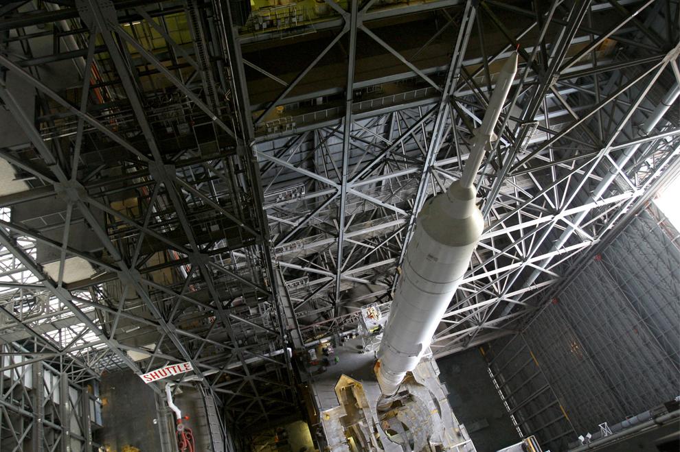 18. Ракета Ares I-X в космическом центре Кеннеди готовится к недельному тестированию запуска в Мыс Канаверал, Флорида, в понедельник 5 октября 2009 года. (AP Photo/John Raoux)
