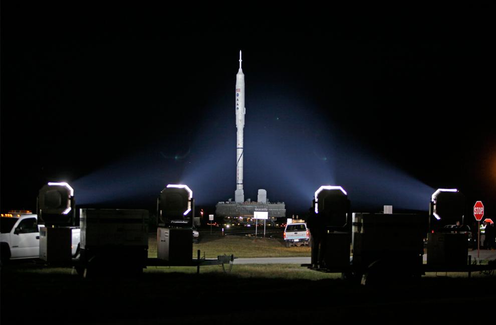 19. 99-метровая испытательная ракета Ares I-X медленно движется к стартовой платформе 39B из корпуса по сбору аппаратов в космическом центре Кеннеди в Мыс Канаверал, Флорида, 20 октября 2009 года. (AP Photo/John Raoux)