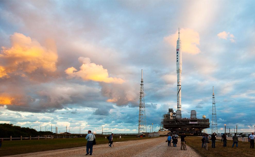 21. Ракета Ares 1-X готовится к запуску с площадки 39-B в космическом центре Кеннеди 20 октября 2009 года в Мыс Канаверал во Флориде. (Matt Stroshane/Getty Images)