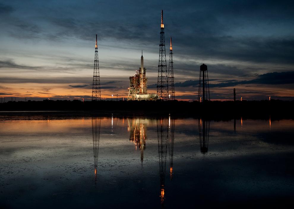22. Ракета Ares I-X на стартовой площадке 39b в космическом центре Кеннеди в Мыс Канаверал, Флорида, 26 октября 2009 года. (AP Phgoto/NASA/BILL INGALLS)
