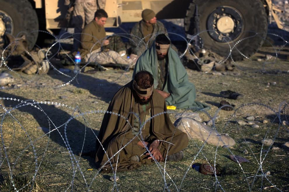 24. Афганцы, задержанные солдатами второго батальона с веществами для изготовления самодельных взрывных устройств, во время операции в провинции Фарах 10 октября 2009 года. (DAVID FURST/AFP/Getty Images)
