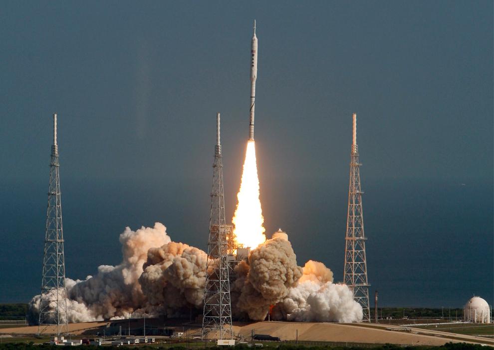 24. Испытательная ракета Ares 1-X поднимается в воздух для 7-минутного суборбитального полета о стартовой площадки 39B в космическом центре Кеннеди во Флориде 28 октября 2009 года. (REUTERS/Pierre Ducharme)