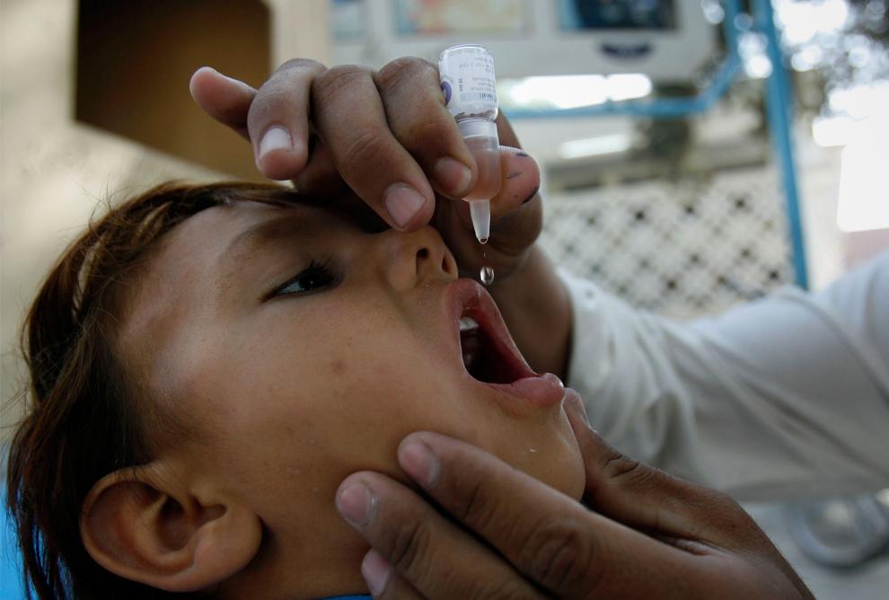 25. Афганской девочке вводят вакцину против полиомиелита в Джалалабаде в провинции Нангархар к востоку от Кабула 12 октября 2009 года. Во время трехдневной медицинской кампании примерно 7,7 миллионам детей будет введена вакцина против полиомиелита. Кампания была введена Афганским министерством здравоохранения совместно с Всемирной организацией здравоохранения. (AP Photo/Rahmat Gul)