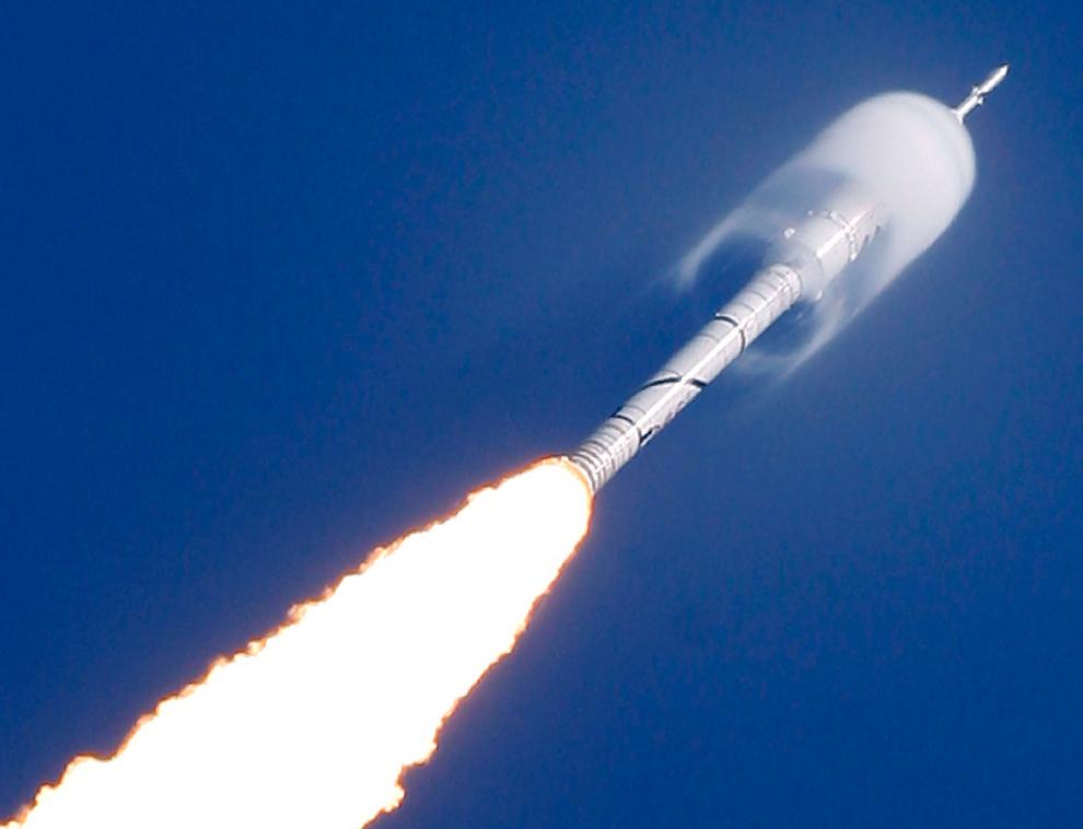 26. «Купол» влажности окружает часть ракеты Ares I-X по время ее запуска в среду 28 октября 2009 года. Ракета была запущена для суборбитального испытательного полета с площадки 39-B космического центра Кеннеди в Мыс Канаверал, Флорида. (AP Photo/Chris O'Meara)
