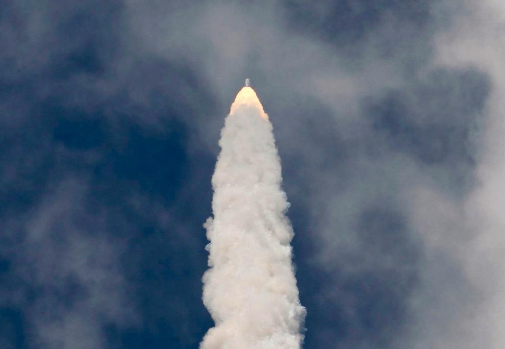 27. Испытательная ракета Ares 1-X взмывает в небо в 7-минутный суборбитальный полет со стартовой площадки 39B в космическом центре Кеннеди в Мыс Канаверал фо Флориде 28 октября 2009 года. (REUTERS/Scott Audette)