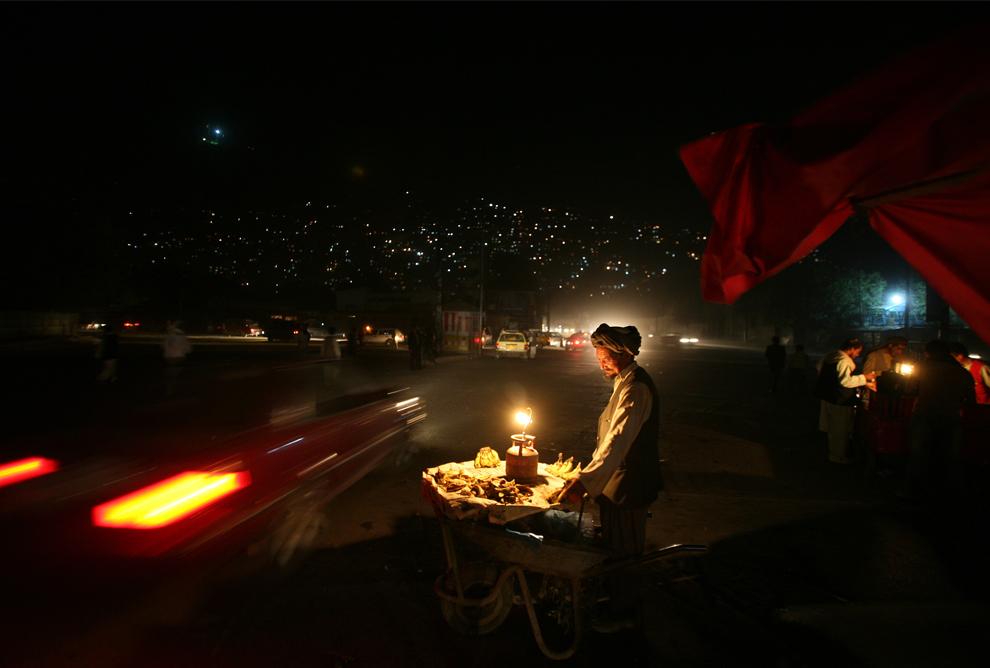 28. Афганский уличный торговец бананами ждет покупателей в Кабуле 30 сентября 2009 года. (AP Photo/Altaf Qadri)