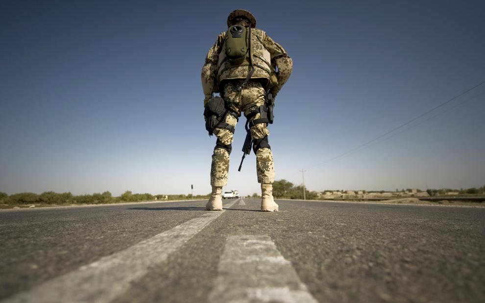 30. Немецкий солдат занял позицию в контрольном пункте в Балкхе 15 октября 2009 года. Солдаты и полицейские принимают участие в специальной программе, во время которой афганскую полицию учат принимать на себя ответственность за безопасность. (MICHAEL KAPPELER/AFP/Getty Images)