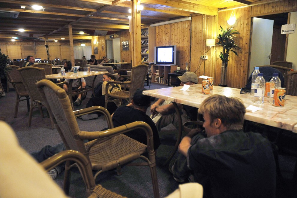 32. Посетители ресторана на военной базе в Кандагаре прячутся во время тревоги 10 октября 2009 года. В этом военном отделении на южной базе Международных сил содействия безопасности Афганистана против действий боевиков организации «Талибан». располагается более 30 000 человек, большую часть которых составляют военнослужащих (ROMEO GACAD/AFP/Getty Images)