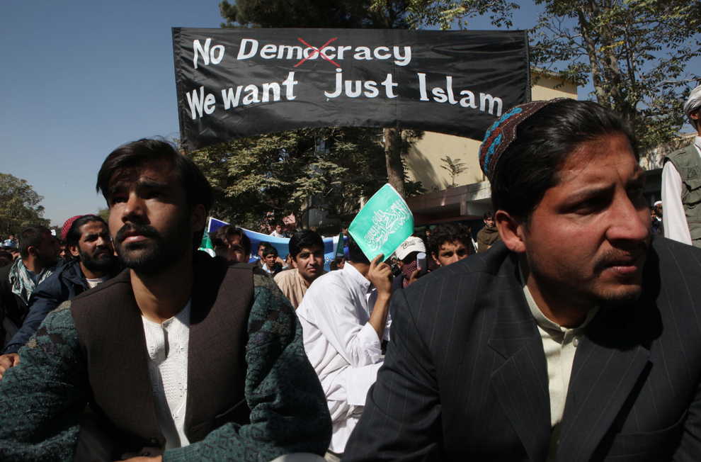 35. Студенты афганского университета выкрикивают антиамериканские слоганы на демонстрации 25 октября 2009 года в Кабуле. Афганцы собрались в столице на массовую демонстрацию, во время которой они сожгли чучело Барака Обамы, узнав, что западные войска, воюющие против талибов, осквернили Коран. (Majid/Getty Images)