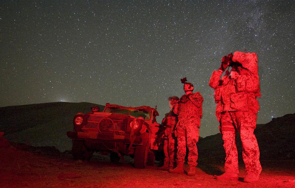 36. На этом фото, сделанном с помощью приборов ночного видения, немецкие солдаты патрулируют Файзабад 17 октября 2009 года. (MICHAEL KAPPELER/AFP/Getty Images)