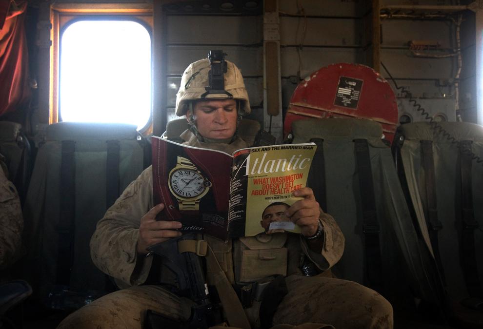 37. Пехотинец читает журнал «Atlantic» в вертолете CH-53 над провинцией Гильменд 12 октября 2009 года. (DAVID FURST/AFP/Getty Images)