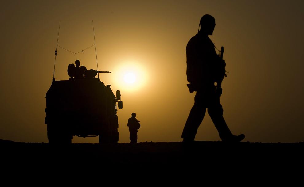 40. Немецкие солдаты патрулируют Мазари-Шариф 16 октября 2009 года. Более 4000 немецких военнослужащих служат в Международных силах содействия безопасности в Афганистане. (MICHAEL KAPPELER/AFP/Getty Images)