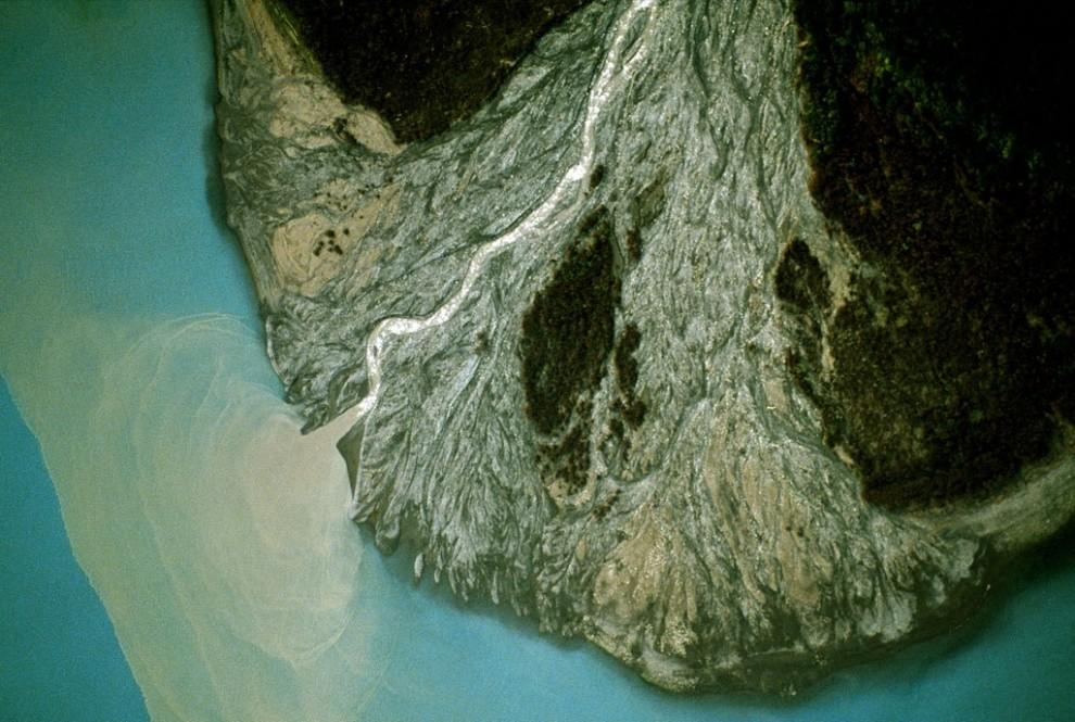 8) Конус из осыпавшихся пород у основания склона в Национальном парке Врангель-Сент Элиас на Аляске. (Frans Lanting)