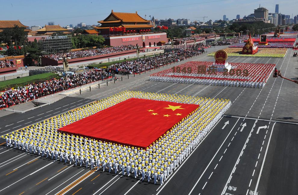 1. На этом снимке, опубликованном китайским информационным агентством Xinhua News Agency, фаланги в виде национального флага проходят на параде в Пекине в честь празднования 60-летия основания КНР в четверг 1 октября 2009 года. (AP Photo/Xinhua, Huang Jingwen)
