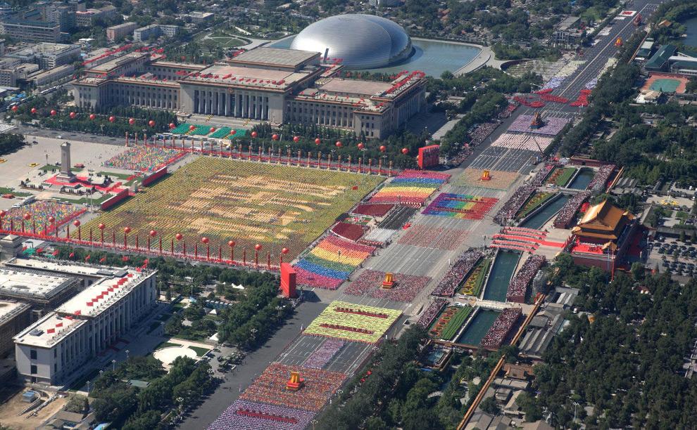 3. На этом снимке китайского информационного агентства Xinhua News Agency вы видите парад в честь 60-летия основания Китайской Народной Республики, проходящий по улице Chang'an Street в центре столицы Китая 1 октября 2009 года. (AP Photo/Xinhua)