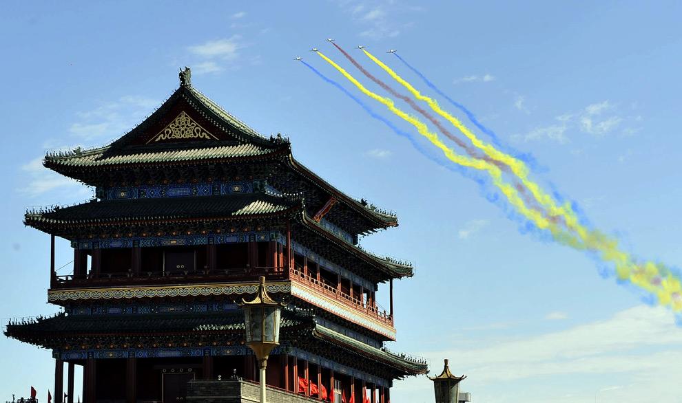 6. Китайские военные истребители летят над площадью Тяньаньмэнь на национальном празднике в Пекине 1 октября 2009 года. (AFP/AFP/Getty Images)