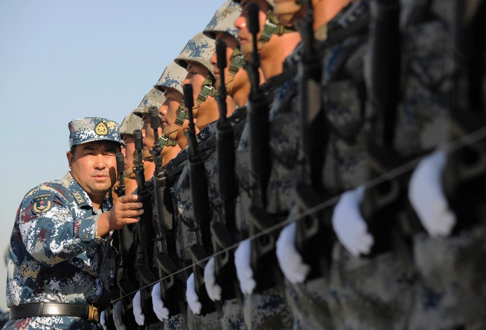 7. Инструктор выстраивает шеренгу солдат воздушных войск Китайской народно-освободительной армии во время подготовки к празднованию 60-летия КНР на окраине Пекина 15 сентября 2009 года. (REUTERS/Joe Chan)