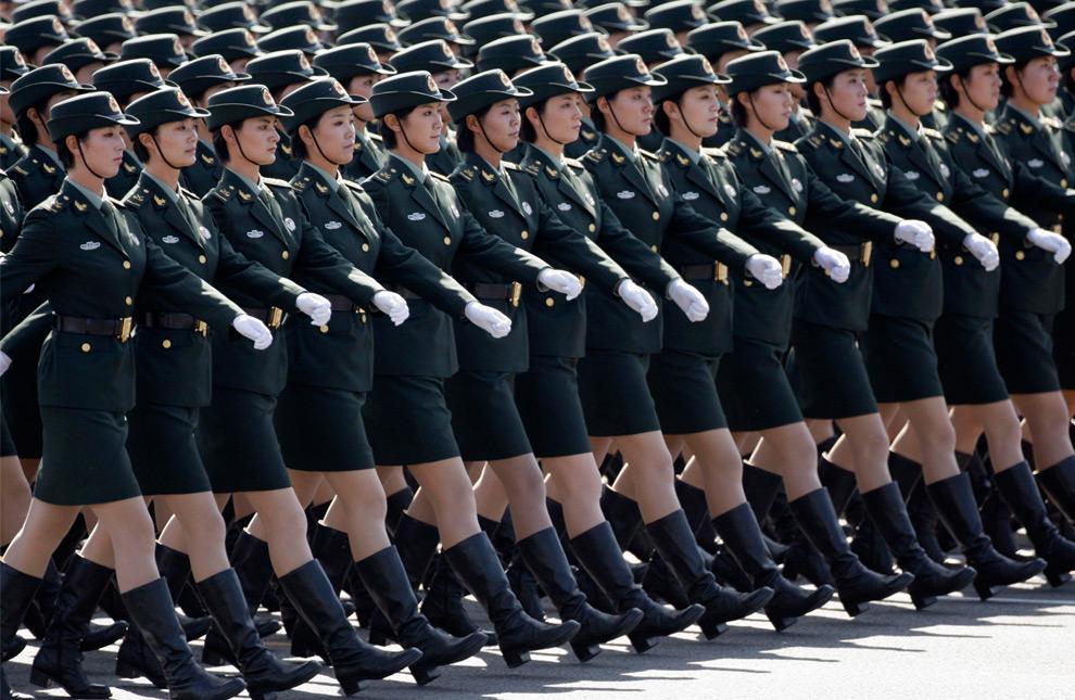8. Солдаты наземных войск Китайской народно-освободительной армии маршируют в строю на площади Тяньаньмэнь на грандиозном параде в честь 60-летия КНР в Пекине 1 октября 2009 года. (REUTERS/Jason Lee)