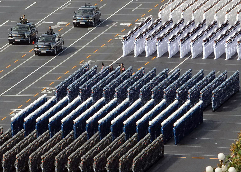9. Китайский президент Ху Цзиньтао проезжает мимо военных различных войск Китайской национальной армии на параде в честь 60-летия основания КНР 1 октября 2009 года. (AFP/AFP/Getty Images)